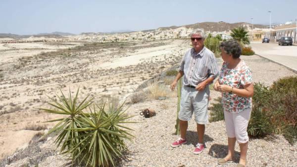 Phil Gelling y Silvana Buxton, de la asociación de vecinos de Camposol, el viernes pasado. (R. M.)
