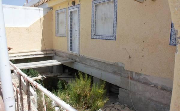 Una vivienda en Camposol con el alcantarillado visible. (R. M.)