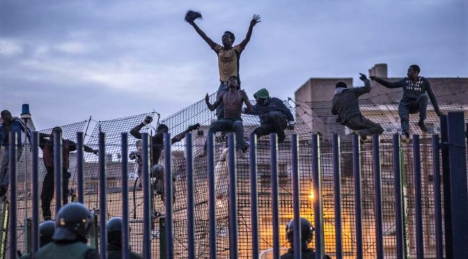 Heridos 20 guardias civiles al frenar la entrada de 150 inmigrantes a Melilla